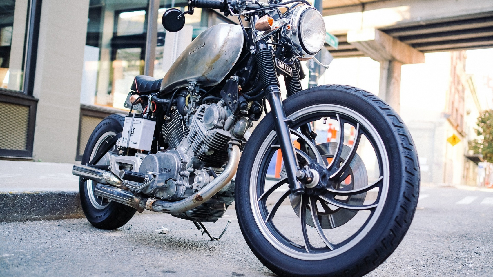 motorcycle-1149389_1920